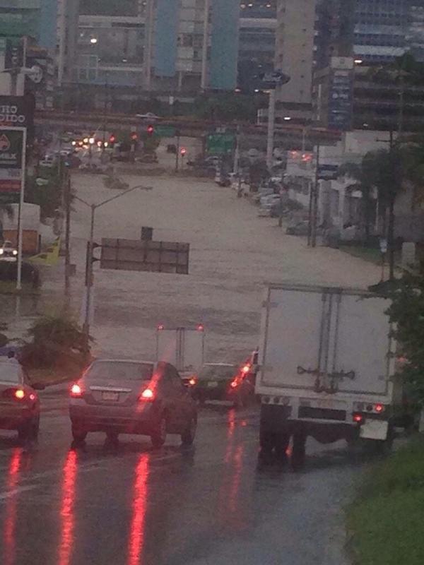 #lluviasNL Cerrado el paso de Alfonso Reyes y Lazaro Cardenas. No se arriesgue. http://t.co/auio1DDztQ