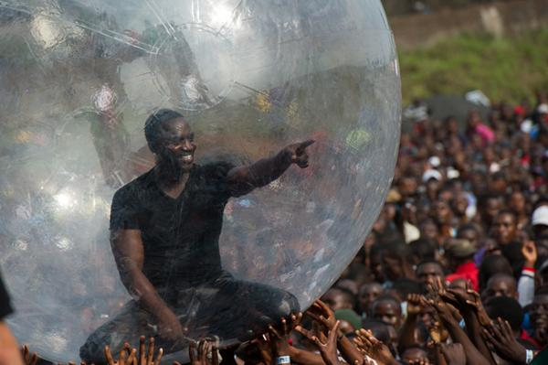 Akon accused of trying to avoid catching Ebola at gig by performing inside giant bubble: http://t.co/YlCHMfFD61 http://t.co/0Z1aTbMN5H