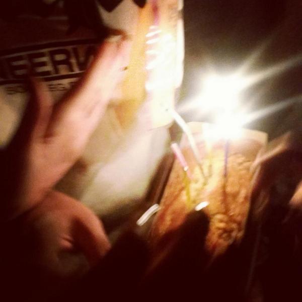 대구에서 서울올라가는길 울소연언니 생일을맞아서 차에서내려 깜짝 아닌(ㅋㅋ)깜짝 생일파티..!* 좀더 좋은곳에서 예쁜케익으로 축하해주고싶은데 행복하게 받아준 언니  땡큐우-!축하햇!!!♡_♡  (바람너무분다ㅠㅠ) http://t.co/okse9b1YYA