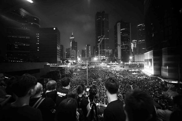 Incredible photo... RT @chungmedia Never seen anything like it. Thousands of protestors crowd Admiralty in Hong Kong http://t.co/ajHdISrSTb