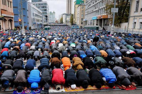 Eid prayer in Moscow. The largest in Europe. http://t.co/qeOQ0b9Xq4