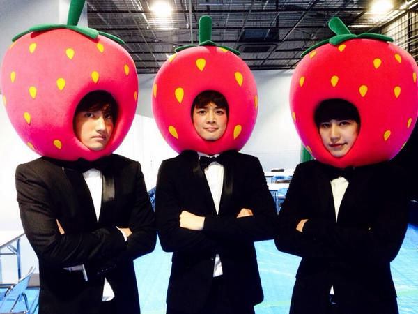 비 오는날, 딸기 3인 http://t.co/J93i37HQCS