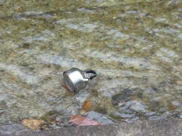 今、裏の川からガンゴンガラガラ音がするんで見てみると・・・  ヤカンが流れて行きましたが。 http://t.co/CSSnfXx11j