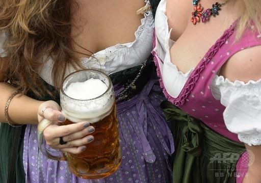 伝統衣装でビールを堪能、オクトーバーフェスト http://t.co/5vhhz4npwh 世界の最新ニュースはこちら→ http://t.co/89EqvyqpaN :写真 http://t.co/AQszaIbhh3