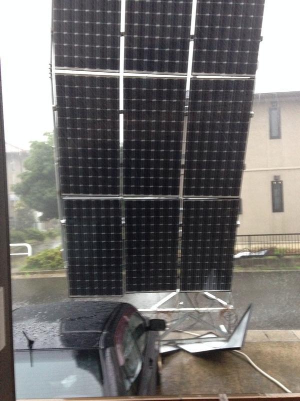 """こえー!""""@kotomi_203: 隣の家の太陽光発電とんできた!ww お父さんの車傷だらけ… 私の部屋つきやぶってきそう…ぎりぎりだよ… http://t.co/fs81iK0pwm"""""""