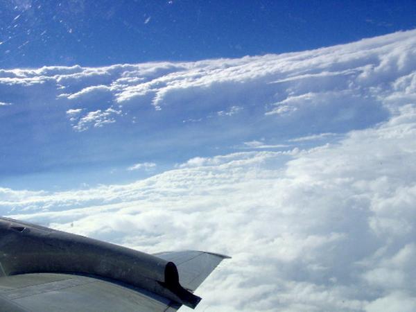 台風の目からの写真。凄いね。断崖絶壁。 http://t.co/brCtUIOw2S
