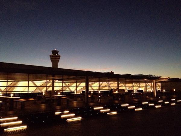 台風一過の羽田空港  空気が澄んでいて空も夜景もキラキラしています。 大変な一日でしたがホッとしました。  まだ影響が残る東北や北海道の皆様、お気を付け下さい。  #空港 #管制塔 #夕暮 #airport http://t.co/DSZSvWoO7c