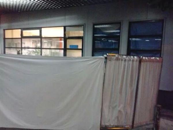 Esta foto muestra la improvisación ante un caso sospechoso de ébola en La Paz (Madrid) http://t.co/0N0KIusLrZ http://t.co/gJ4g5AJNMm