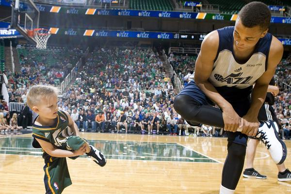 After signing his contract with the @utahjazz, JP Gibson does some pre-game stretching with @daanteee. http://t.co/48BpuRKjJ5