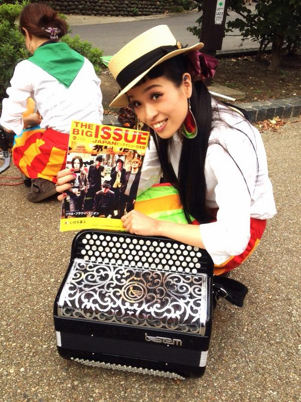 """ソウルフラワーユニオン、ニューアルバム『アンダーグラウンド・レイルロード』本日発売!   お店回りの途中、上野で大道芸終わりのチャランポランタン小春様に久々のご挨拶。記念に""""ビッグイシュー""""進呈しました。 #soulflower http://t.co/onrJYJlyt4"""