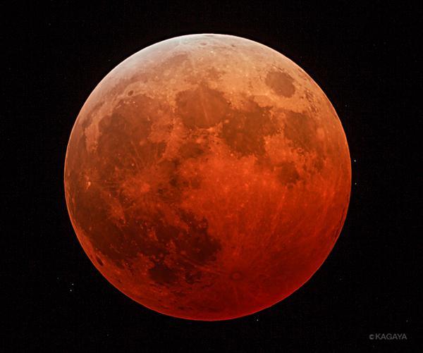皆既月食になりました。赤銅色の月が浮かんでいます。 http://t.co/uexyKGK2Xl