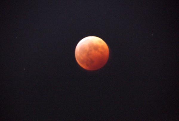 そして皆既月蝕になってからの朱の月。 http://t.co/jgJtFrk9lm