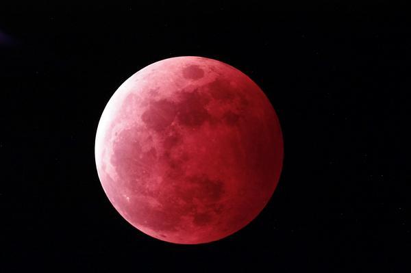 最大食分118%  撮影時間 2014/10/8 19:55  食分118%  #lunar eclipse  #Total eclipse of the moon  #皆既月食  #月食 http://t.co/psFQ40zzOO