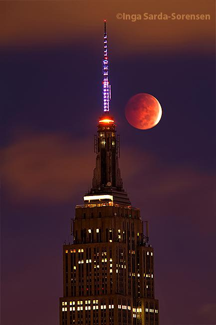 Gorgeous #LunarEclipse over #NYC's @EmpireStateBldg this morning. #fullmooneclipse #moon http://t.co/KXsAKQS6Le