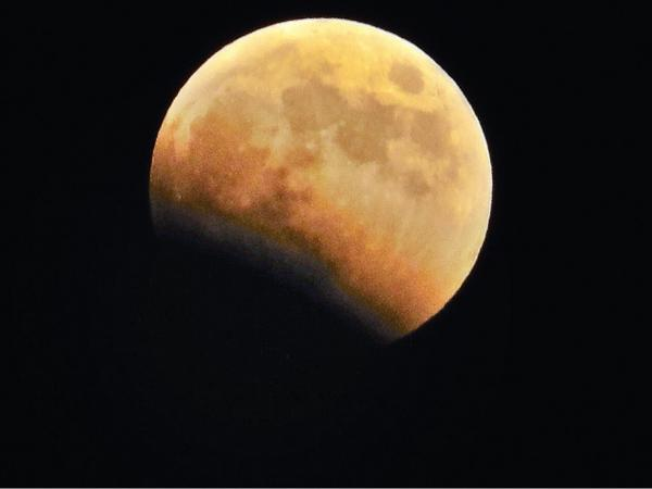08 Oct. 18:31 部分月食が始まっています。 partial lunar eclipse is coming in. at Hakata bay in Zipangue http://t.co/yL8pgGIJrC