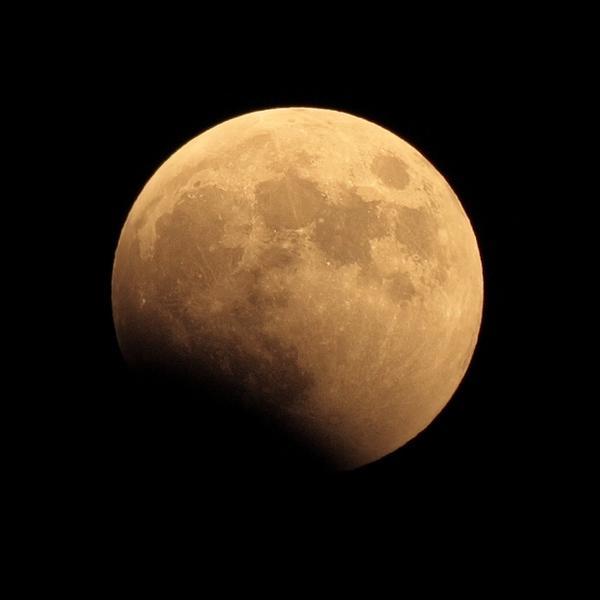 月蝕が始まっていますね。私は自宅の窓から望遠レンズで楽しんでおります。 http://t.co/FPGpHmKLYZ