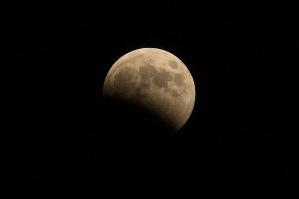 だいぶ欠けてきた。皆既月食。 http://t.co/BDY9OObpNT