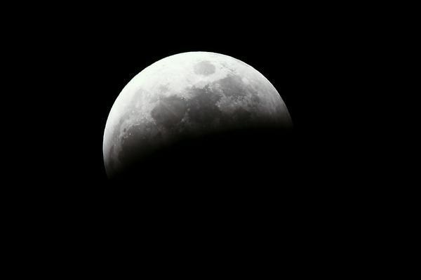 撮影時間 2014/10/8 18:50  食分54%  #lunar eclipse  #Total eclipse of the moon  #皆既月食  #月食 http://t.co/3eJHdKJpQJ