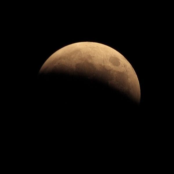 月蝕観察中。かなり欠けてきました。 http://t.co/IgzZbsJv41