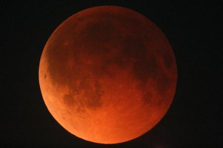 赤胴色になってる。0.1の肉眼でも分かるわ。´д` ; #皆既月食 http://t.co/qAxv1bHN2m