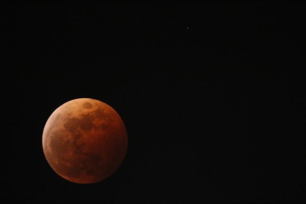 皆既月食の月と、右上に天王星! #月食 #皆既月食 #天王星 http://t.co/oaNH7FO5G6