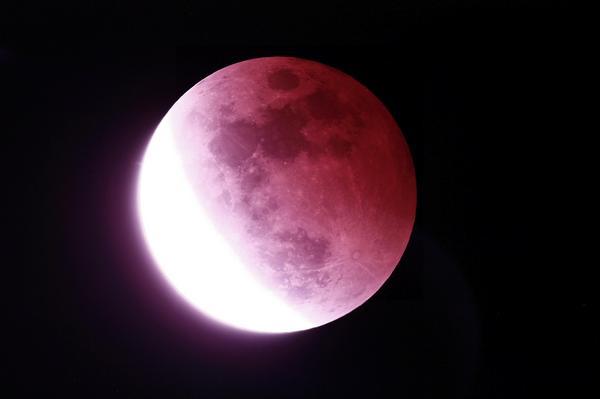 皆既月食おしまい  撮影時間 2014/10/8 20:45  食分77%  #lunar eclipse  #Total eclipse of the moon  #皆既月食  #月食 http://t.co/zVosm33FvA
