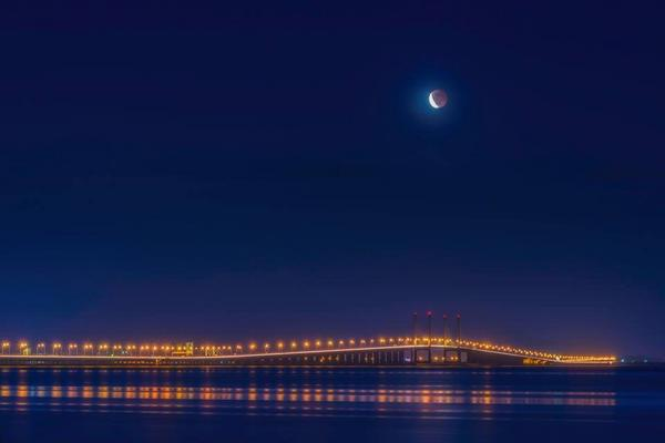 VisitPenang: Lunar Eclipse (Blood Moon) over the Penang Bridge. Photo by Kenji Ooi. #georgetown #penang #bloodmoon http://t.co/C7FUf5IRQL