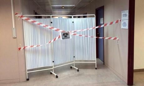 Quarantine measures at Spanish Ebola hospital: plastic tape and a screen http://t.co/LjsRbklhno http://t.co/C1bvWTL7cg