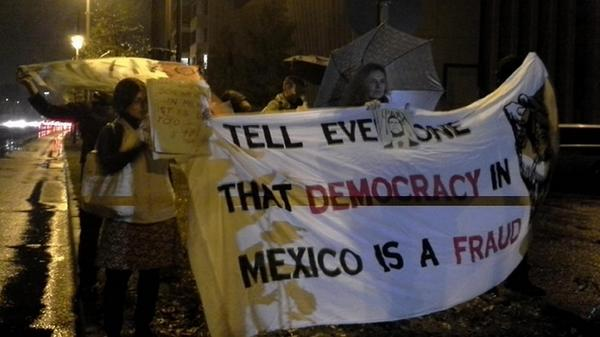Protestas en #Alemania por los estudiantes desaparecidos de #Ayotzinapa http://t.co/TzvVSiK51b (Foto: Juan Mayorga) http://t.co/mmfvuRyYuV