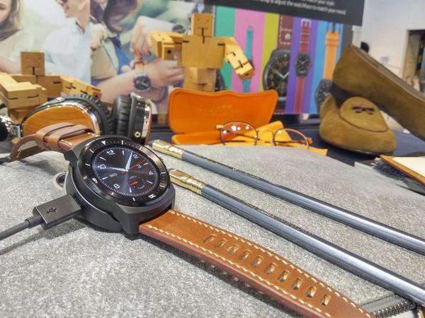 LG G Watch R (G워치 R) 예약판매 개시 http://t.co/gToSFcva6f 세계최초 리얼써클 디스플레이, 안드로이드웨어로 모든 통신사 단말 및 안드로이드 버전 4.3이상이면 사용가능합니다. http://t.co/uI67K5NSQf