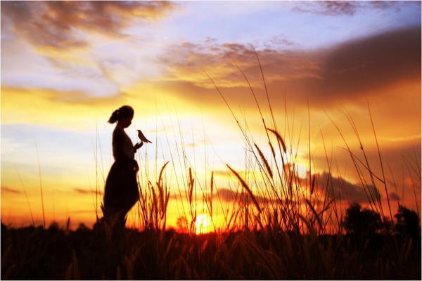 답을 찾지 마라. 인생에 정답은 없다. 모든 선택에는 정답과 오답이 공존한다. 지혜로운 사람들은 선택한 다음에  그걸 정답으로 만들어내는 것이고, 어리석은 사람들은 그걸 선택하고 후회하면서 오답으로 만든다. http://t.co/gPqasnQSwN
