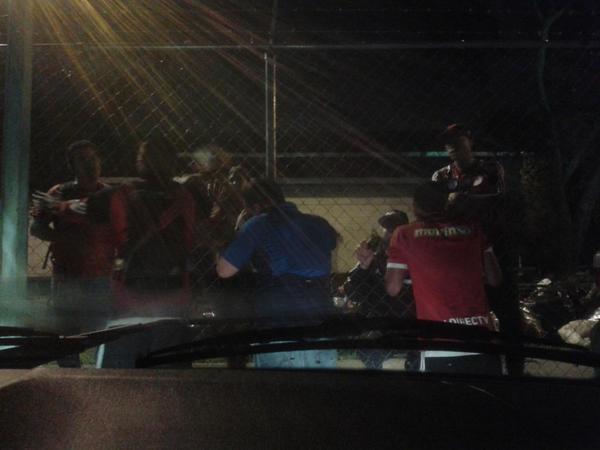 La hinchada roja afuera del estacionamiento le exige resultados al CFC y Romulo Otero sale a dar la cara. http://t.co/IeMBFsXc6P