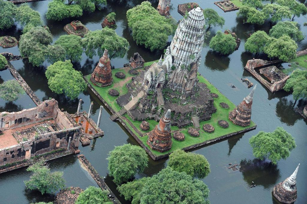 The flooded ruins of the ancient Ayutthaya, in Thailand http://t.co/Y3rNMsdf2o