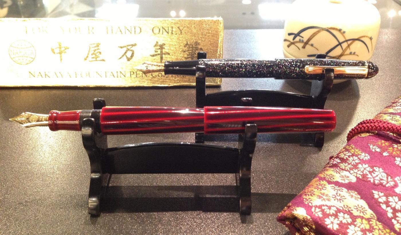 万年筆は刀だっ!  美しい万年筆には美しい台座が必要だ。書くだけではなく、美しく飾り見惚れてみよう。 http://t.co/s8b4MwjVdS