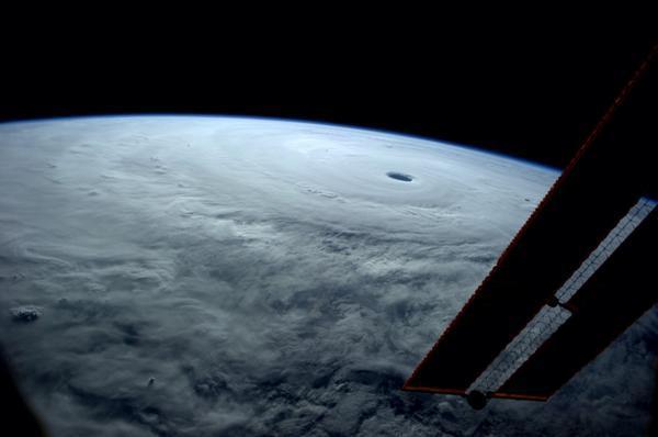 """Un tifón gigante hacia Japón. Desde la ISS: """"No había visto nada asi antes"""" #Vongfong http://t.co/1SMqQchNsw http://t.co/jVSHEgWewv"""