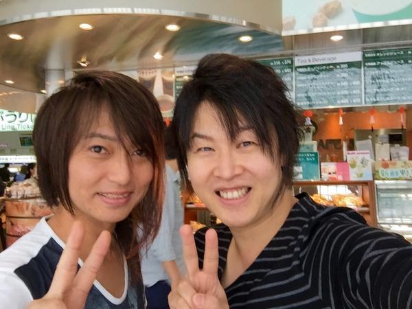 品川駅でベーシストの長谷川淳さんに会いましたー☆ ずーっとベースの話しで盛り上がってたら横にいるおばちゃんが 「ギター弾く人なの?」 と質問して来たので 「あの人はギターで僕は演歌のベース弾く人なんですよ。」 と答えておきました。 http://t.co/VEPa2HJZ2e