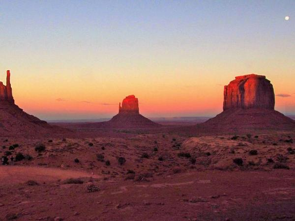 The sun sets in Utah's Monument Valley. More reader weather photos: http://t.co/GyR9xY9ZOf  (Dara Fazel, @yourtake) http://t.co/p9tn5TKKSJ