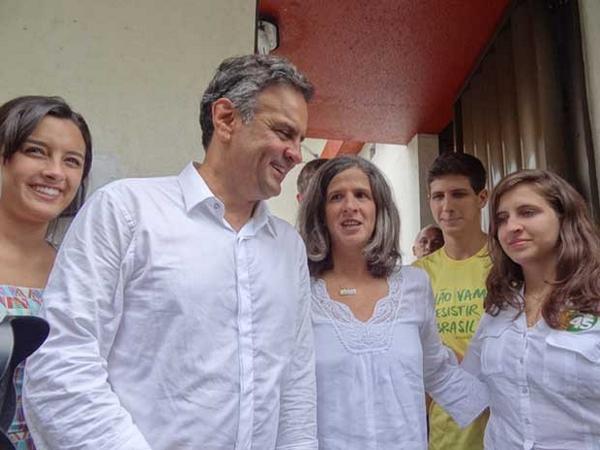 Ao lado da viúva de Campos, Aécio diz honrar 'legado' do ex-governador http://t.co/z3iqxzmPDx #G1 #Eleições2014 http://t.co/cgAMXSu9e6