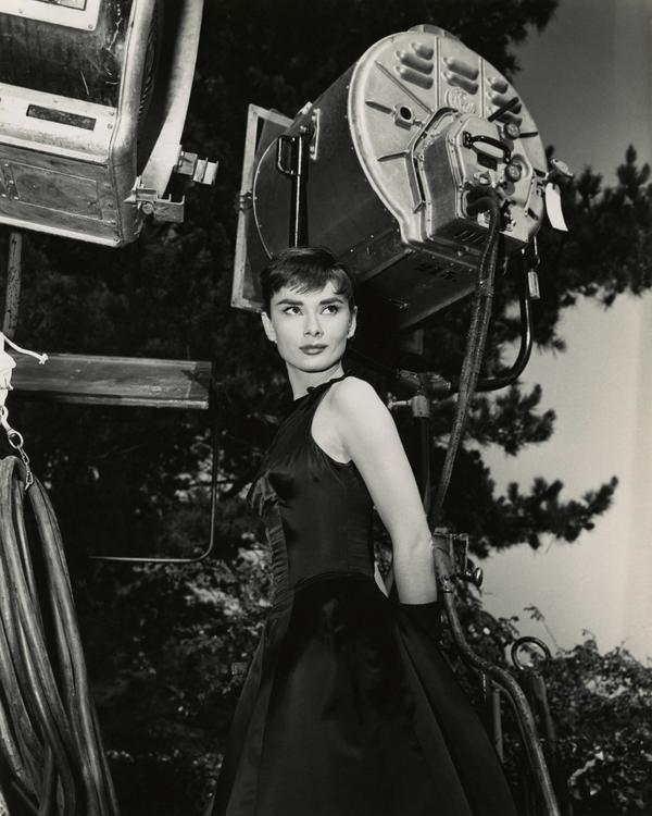 Photos: Audrey Hepburn between takes on the set of Sabrina (1954) - http://t.co/1syJ9WQO4W