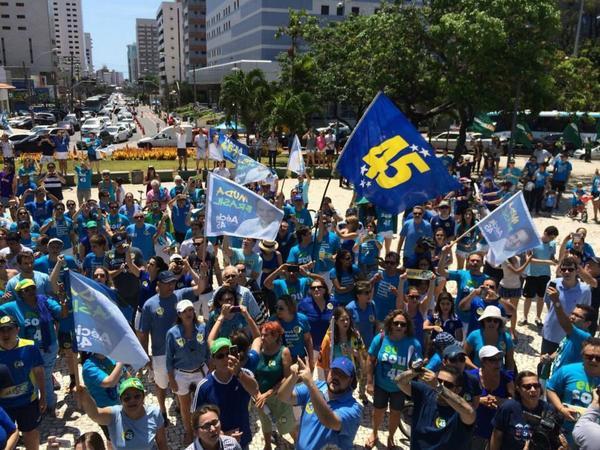 E hoje na Praça Portugal em Fortaleza os cearense mostraram que são #AecioDesdeCriancianha http://t.co/xFJk0S7i6K