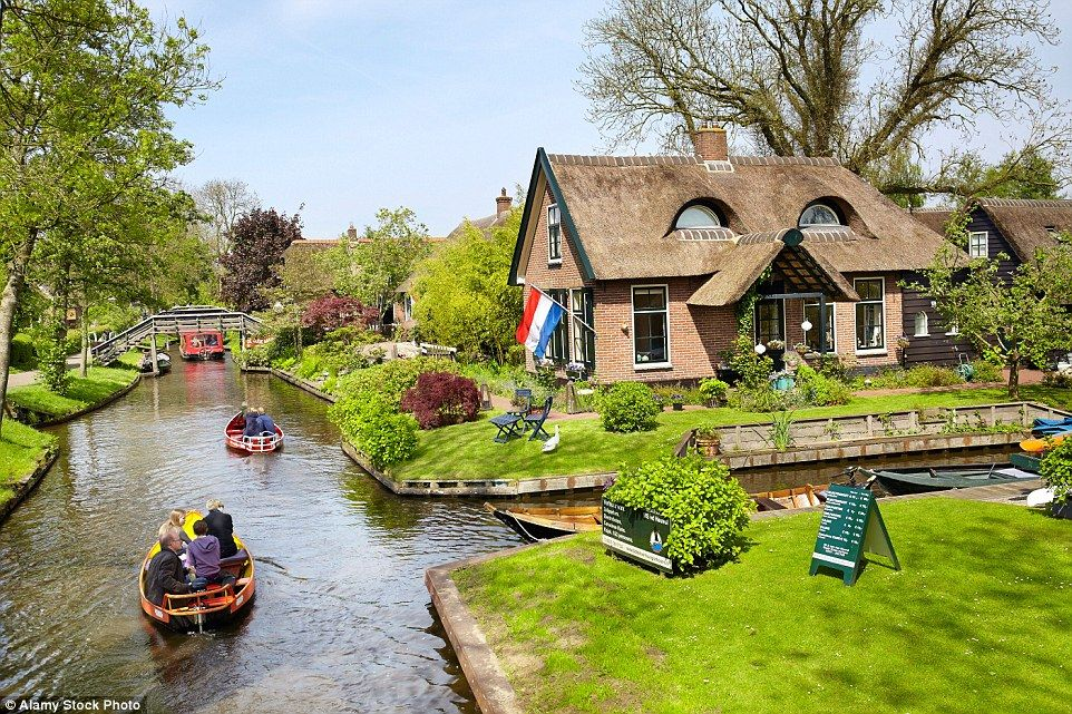 A village in the Netherlands has no roads; the only form of transport is boat: https://t.co/FH8qLufQEe
