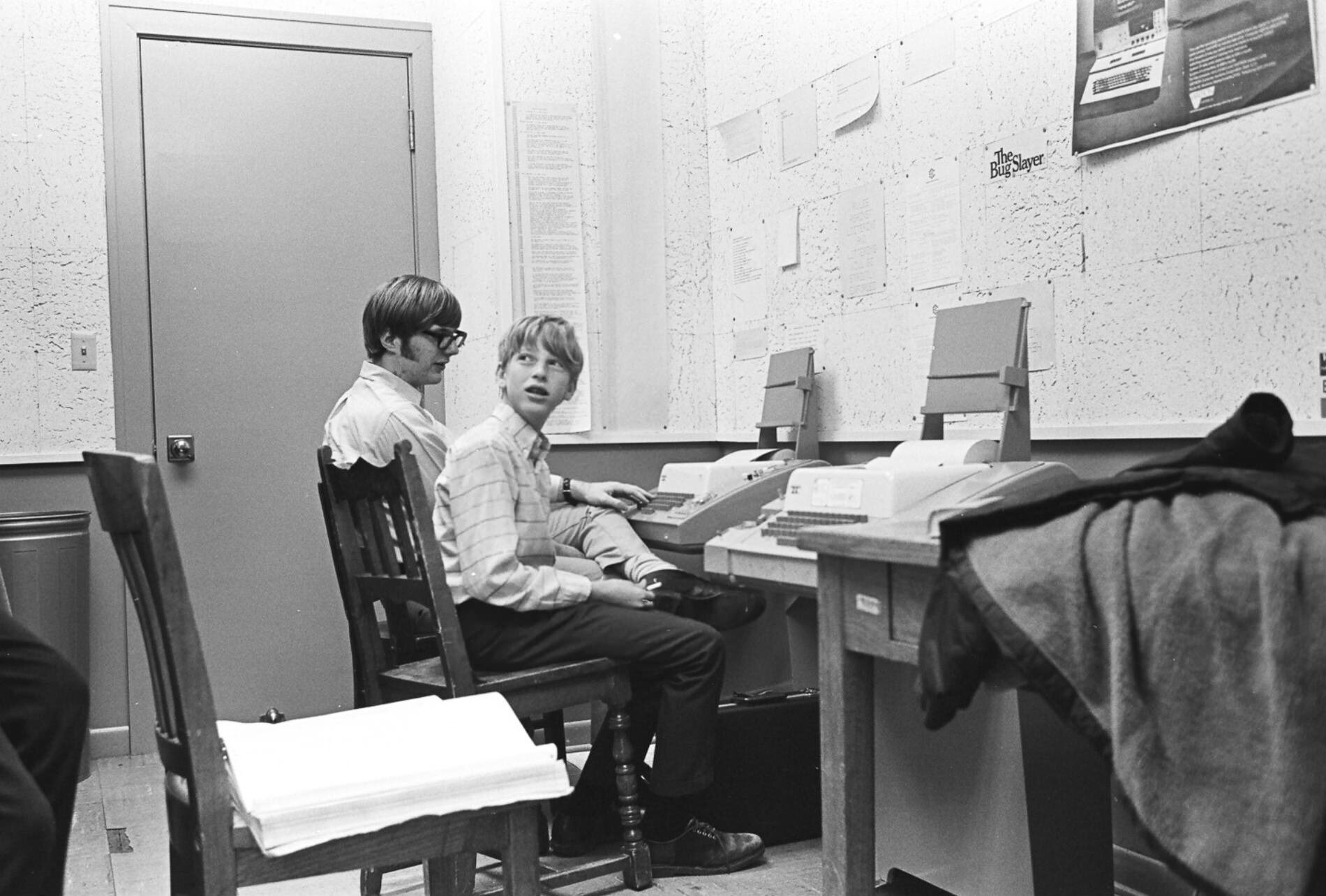 15-year-old Bill Gates and 17-year-old Paul Allen using teletype machines at Lakeside School, 1970 https://t.co/NrqNIjmmt8