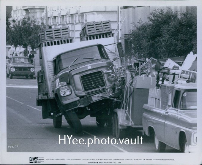 Freebies CA375 1973 Orig Photo FREEBIE AND THE BEAN Truck Accident Scene Moving Trailer