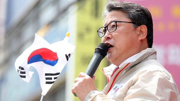 조원진 (원외)새누리당 대선후보가 홍준표 자유한국당 대선후보와 단일화하겠다고 밝혔습니다. https://t.co/YISwFBjQcn