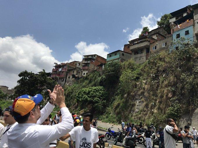Desde la Cota 905 nos gritan 'Los cerros somos los primeros que queremos la salida de Maduro' ¡MORIMOS DE HAMBRE! #VzlaResisteConFuerzaYFe