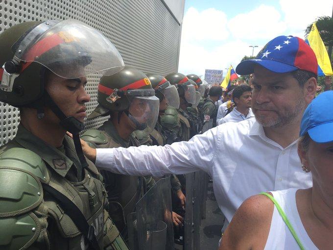 #UltimaHora: Presión popular nos hace avanzar, GNB quita piquete Av Nueva Granada #VzlaResisteConFuerzaYFe