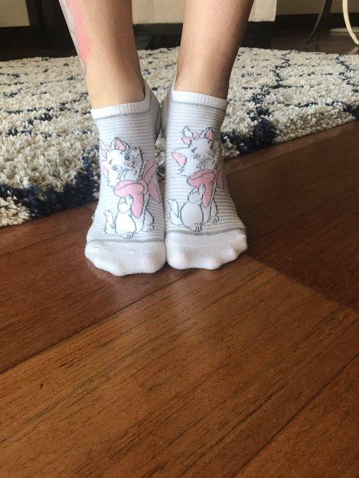 Even my feet are a lady 😻🎀 #marie https://t.co/58VMBegNjj