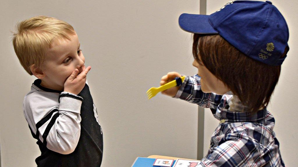 Robô estimula crianças a superarem desafios do autismo, como a dificuldade de interagir com outras pessoas. https://t.co/ozTOGM0KDs