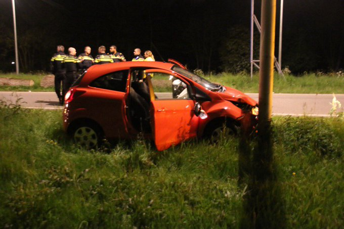 Ongeluk aan de Poeldijkseweg Den Haag betreft eenzijdig ongeval. Automobiliste met spoed naar ziekenhuis vervoerd https://t.co/oFYIDpZV4f