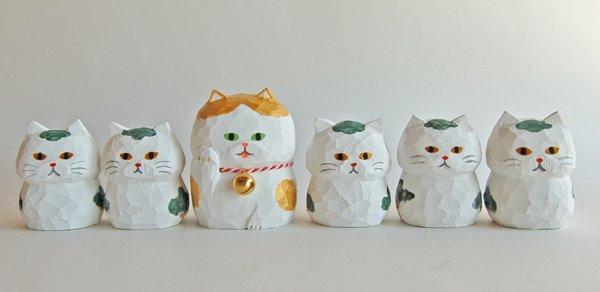 4月25日(火)19時より、minneで写真の猫木彫り達を販売します。新作の「松太郎」「銀三郎」も出ますのでどうぞご覧下